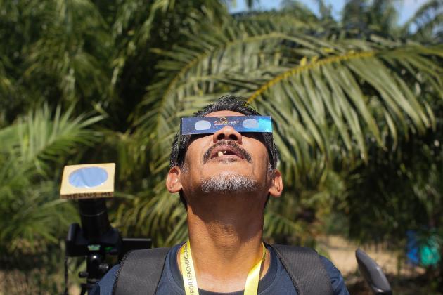 Un homme regarde le soleil en Malaisie.