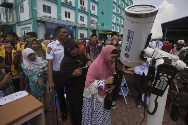Un téléscope mis à disposition à Medan, en Indonésie, le 26 décembre.