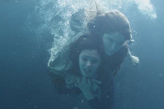 Noée Abita (Chloé) et Laetitia Casta (Théa) dans l'épisode 2 de la minisérie «Une île», de Julien Trousselier, sur Arte.
