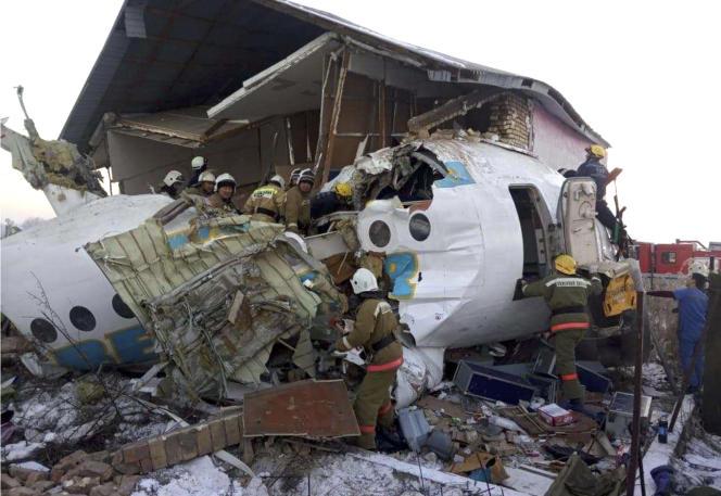 Un avion de ligne avec 100 personnes à bord s'est écrasé peu après son décollage depuis Almaty.Photo fournie par le Comité kazakh des situations d'urgence.