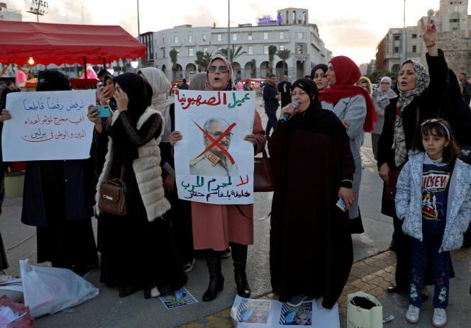 Des Libyennes réclament la fin de l'offensive du maréchal Khalifa Haftar (dont la photo est barrée sur la pancarte) contre le gouvernement d'accord national, le 27 décembre à Tripoli.