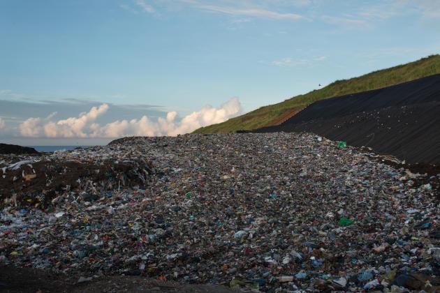 Les machines écrasent et étayent les déchets, pour former une montagne pratiquable.