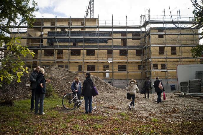 Réunion de l'association Eco-Logis sur le chantier de leur immeuble écologique, construit en autopromotion, en octobre 2009, à Strasbourg.