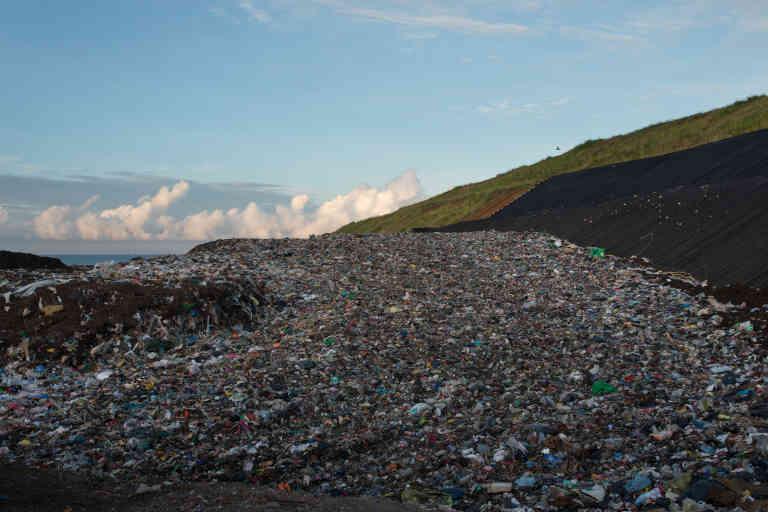 Les machines écrasent et étayent les déchets, pour former une montagne pratiquable. C'est la quantité de plastique qui surprend le plus, à la vision des déchets rejetés.