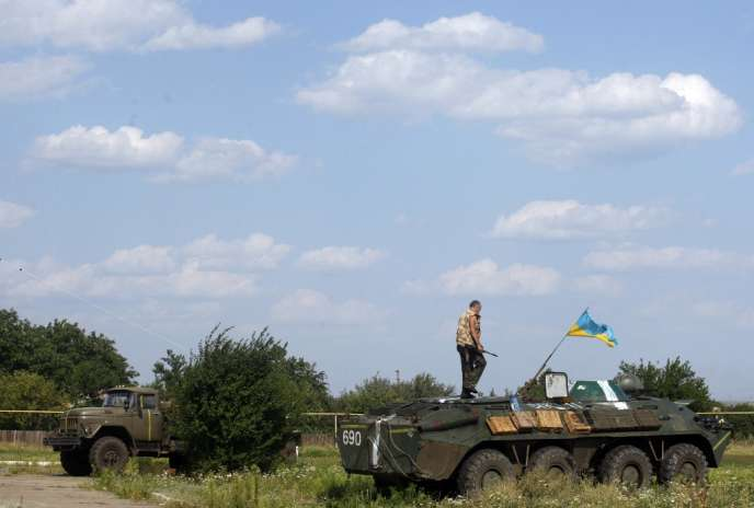 Un Ukrainien servant volontairement dans un bataillion pro-ukrainien près de Popasna, dans la région de Lugansk (est de l'Ukraine), le 4 août 2014.