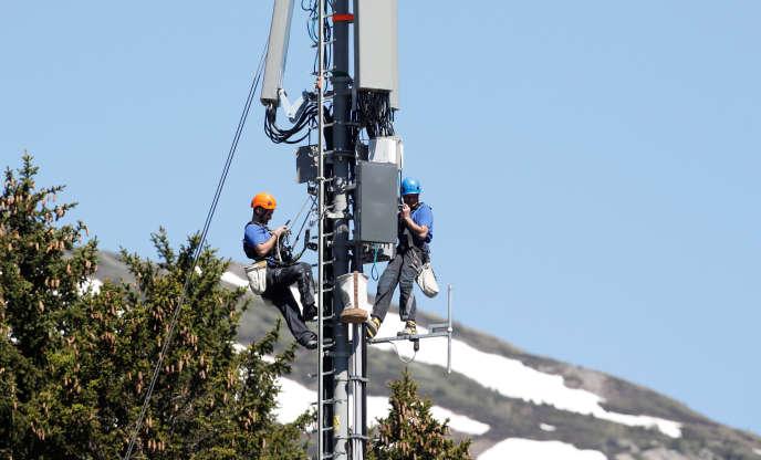 Des techniciens installent des antennes 5G à Lenzerheide, Suisse, en juin.