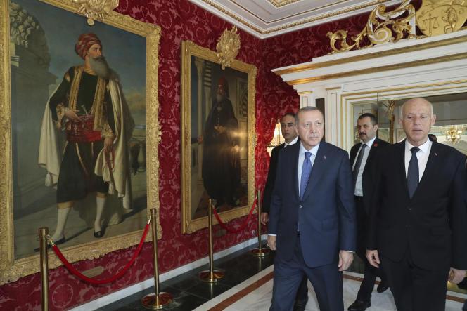 Le président turc, Recep Tayyip Erdogan (à gauche) et le président tunisien, Kais Saied, à Tunis, le 25 décembre.