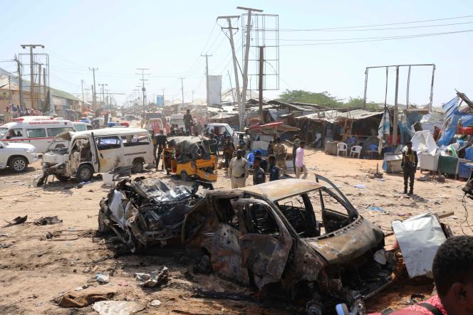 Sur la scène de l'attentat, où une voiture a explosé à un checkpoint de Mogadiscio, le 28 décembre.