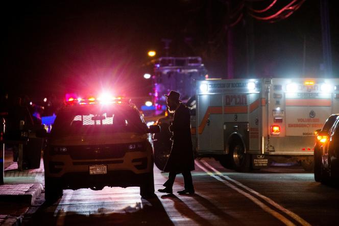 Après l'annonce de l'attaque au couteau, secours et policiers se sont rendus près de larésidence visée à Monsey, près de New York, lesamedi 28décembre.