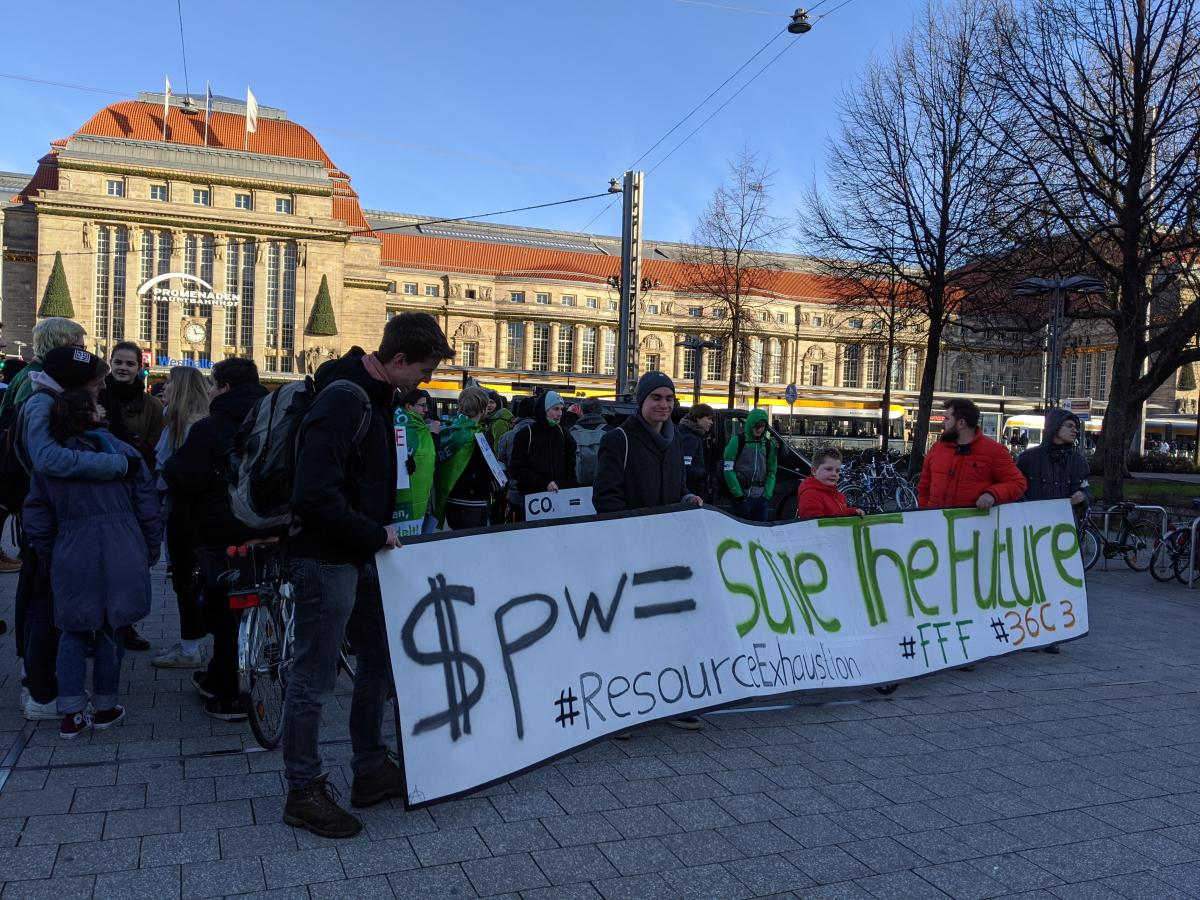 Manifestation du mouvement Fridays for Future devant la gare de Leipzig, le 29décembre.