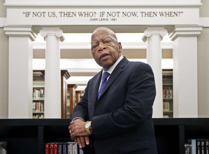 John Lewis pose, le 18 novembre 2016, devant une de ses citations inscrites dans la «Salle des Droits civiques» de la bibliothèque publique de Nashville, dans le Tennessee.