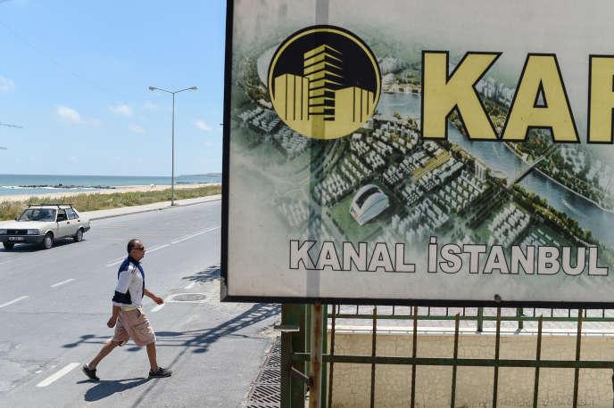Une pancarte fait la promotion d'appartements avec vue sur le canal, à Karaburun, près d'Istanbul, le 12 juin 2018.