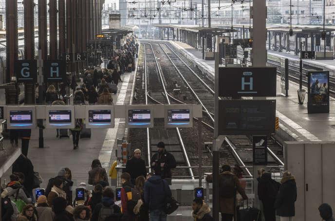 Un train au départ de Gare de Lyon, dimanche 29 décembre à Paris.