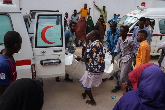 Une victime de l'attaque est transportée à l'hôpital Madina,Mogadiscio, le 28 décembre.