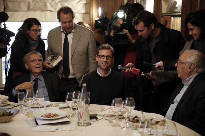 Nicolas Mathieu, au centre, à la remise du prix Goncourt, à Paris le 7 novembre 2018.