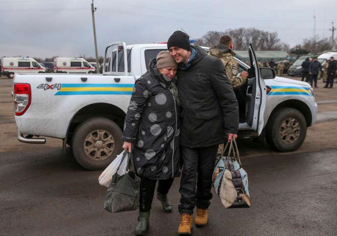 Un Ukrainien enlace sa mère après un échange de prisonniersau checkpoint de Mayorsk dans la région de Donetsk, Ukraine, le 29 décembre.