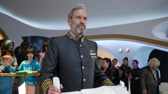 Hugh Laurie aux commandes d'un vaisseau spatial de croisière touristique dans « Avenue 5 ».