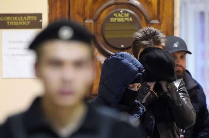 Une audience à huis clos s'est tenue lundi 30décembre, à Saint-Pétersbourg, pour présenter les deux suspects à la justice.