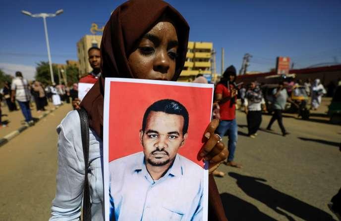Une manifestante soudanaise brandit un portrait d'Ahmed Al-Khair, lundi 30décembre, àOmdourman.