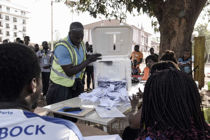 Début du dépouillement du scrutin présidentiel à Bissau, le 29 décembre 2019.
