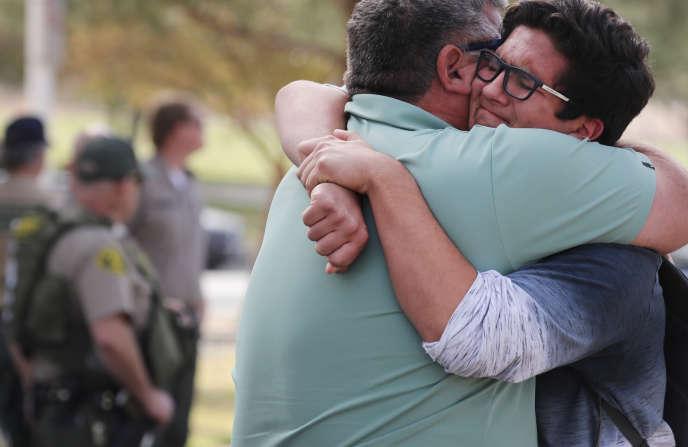 Un homme embrasse son fils après la tuerie dans un collège à Santa Clarita (Californie), le 14 novembre.