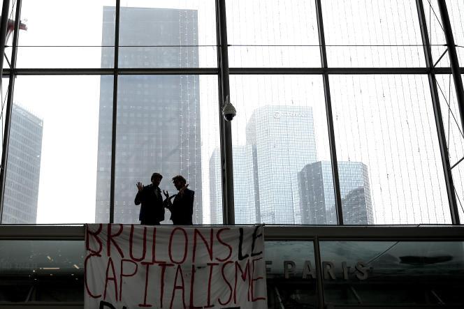 Une bannière « Brûlons le capitalisme» dans un centre commercial à la Défense (Hauts-de-Seine), le 29 novembre.