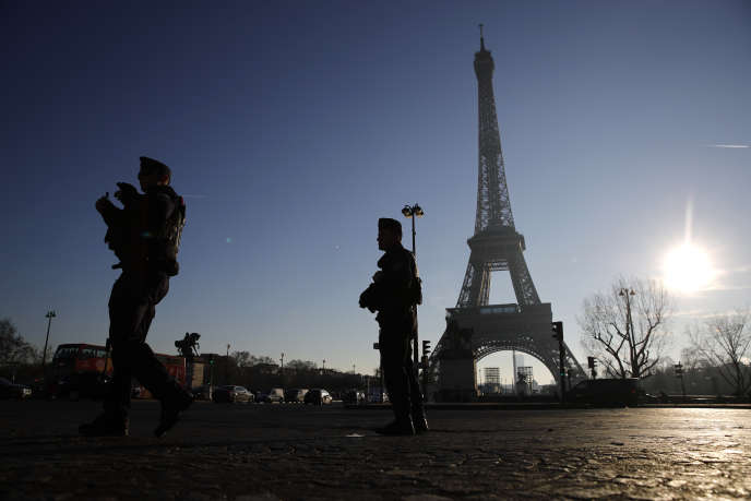Des policiers en patrouille devant la tour Eiffel, le 30 décembre.