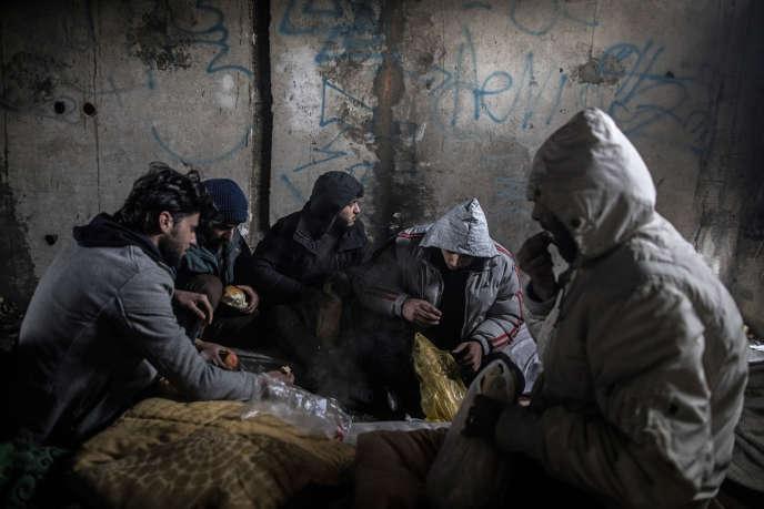 Des migrants syriens petit-déjeunent avant une tentative pour passer la frontière, près de Bihac, Bosnie-Herzégovine, le 14 décembre.