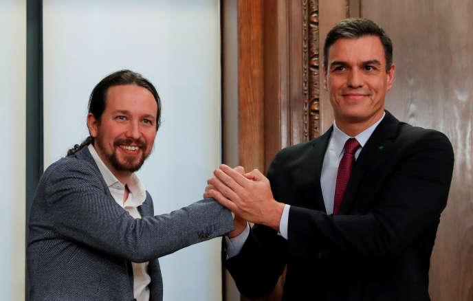 Le Premier ministre espagnol Pedro Sanchez (à droite) et le chef de file d'Unidas Podemos, Pablo Iglesias, présentent leur accord de coalitionau Parlement espagnol à Madrid, le30 décembre 2019.