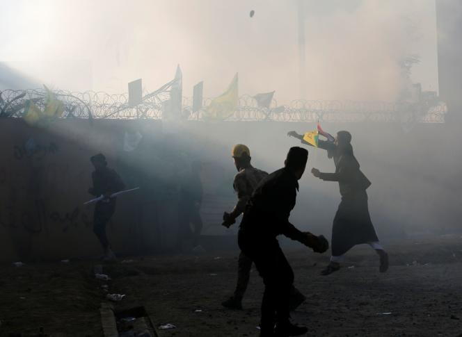 Des manifestants devant l'ambassade américaine, mardi 31 décembre à Bagdad.