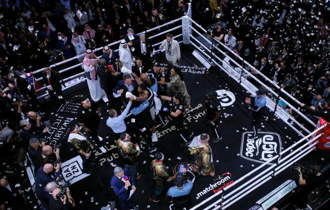 Le boxeur britannique Anthony Joshua célèbre sa victoire face à l'Américain Andy Ruiz Jr, à Diriya, en Arabie Saoudite, le 7décembre 2019.