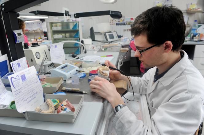 Un prothésiste dentaire travaille sur une couronne en céramique, à Saint-Evarzec (Finistère), en mars 2017.