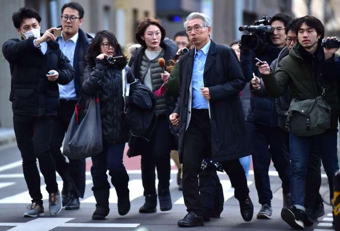 Au centre, Junichiro Hironaka, responsable de l'équipe de défense de Carlos Ghosn, mardi 31 décembre 2019, à Tokyo.