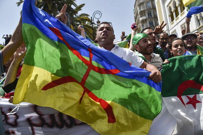 Un manifestant brandit le drapeau berbère à Alger, le 21juin 2019.