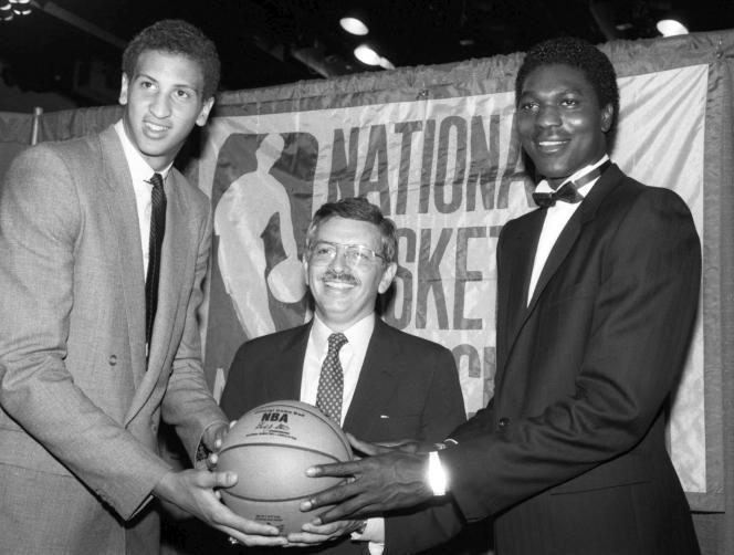 David Stern lors de la Draft 1984, flanqué d'Akeem Olajuwon (droite) et Sam Bowie.