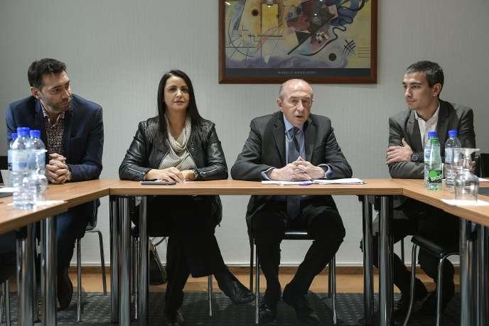 Gérard Collomb (au centre) annonce ses têtes de liste, à Lyon, le 21 décembre 2019.