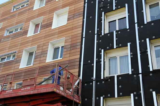 Chantier d'isolation thermique par l'extérieur d'un immeuble d'habitation HLM de Nantes.