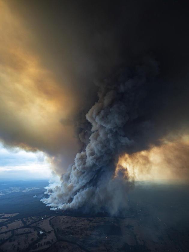 Une fumée massive provenant des incendies de forêt dans l'East Gippsland, le jeudi 2janvier.
