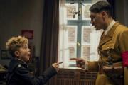 Roman Griffin Davis (JojoBetzler) etTaika Waititi (Adolf Hitler).