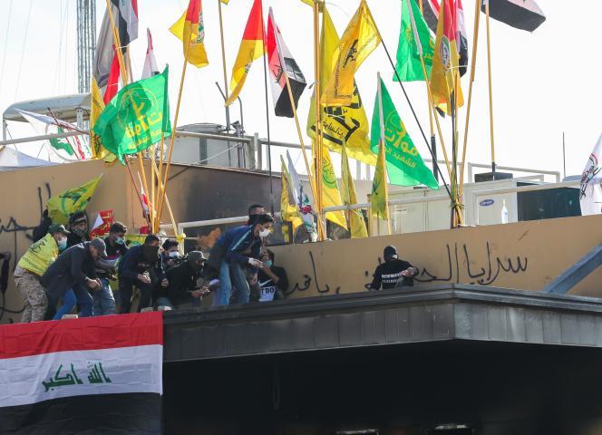 Des manifestants sur le toit de l'ambassade américaine à Bagdad, mercredi 1er janvier.