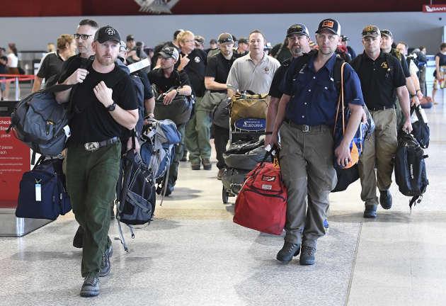 Un contingent de 39 pompiers américains et canadiens à leur arrivée à l'aéroport de Melbourne (Australie).