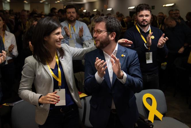 Le vice-président du gouvernement catalan et membre de l'Esquerra republicana de Catalunya (ERC), Pere Aragones (à droite), assiste à une réunion du comité national de l'ERC, à Barcelone, le 2 janvier 2020.
