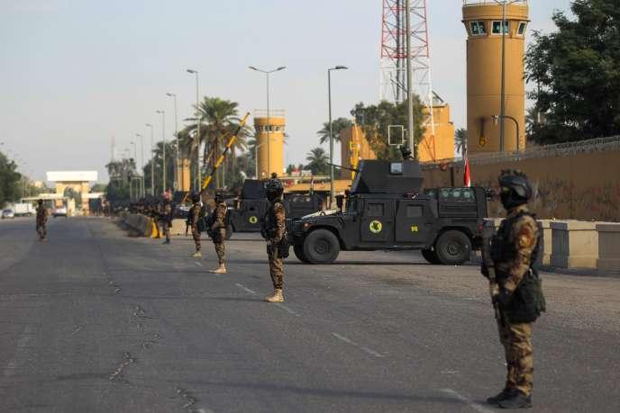 Des véhicules blindés déployés pour surveiller la zone verte.