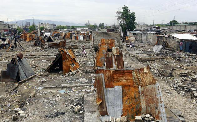Des abris de fortune construits sur les débris des maisons détruites par les incendies dans le quartier La Saline, le 30 mai 2019, en Haïti.