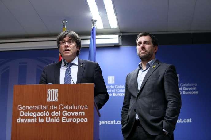 L'ancien président catalan Carles Puigdemont (à gauche) et l'ancien ministre de la santé du gouvernement catalan Antoni Comin, lors d'une conférence de presse, le 19décembre2019, à Bruxelles.