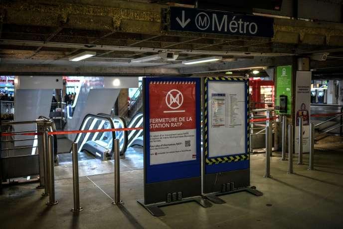 L'entrée du métro à laGare Montparnasse à Paris le 2 janvier.