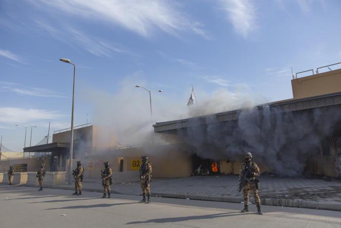 Des soldats irakiens prennent position autour de l'ambassade américaine à Bagdad, le 1er janvier.