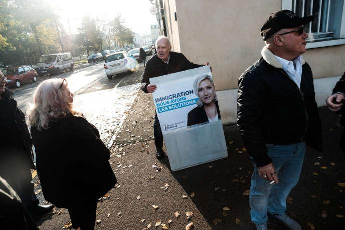Tractage par le Rassemblement national avec son candidat aux municipales, Nicolas Pierron, àVaujours (Seine-Saint-Denis), le 21 novembre 2019.