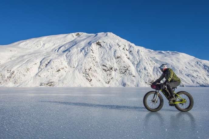 Le Fatbike, VTT équipés de gros pneus, permet de pédaler sur la neige et la glace.