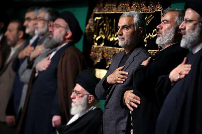 Photographie fournie par les services de l'ayatollah Khamenei, au centre sur l'image, avec à sa gauche legénéralGhassem Soleimani, en mars 2015.